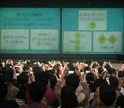 遊園地のリアル脱出ゲーム、問題はスクリーンに映される。